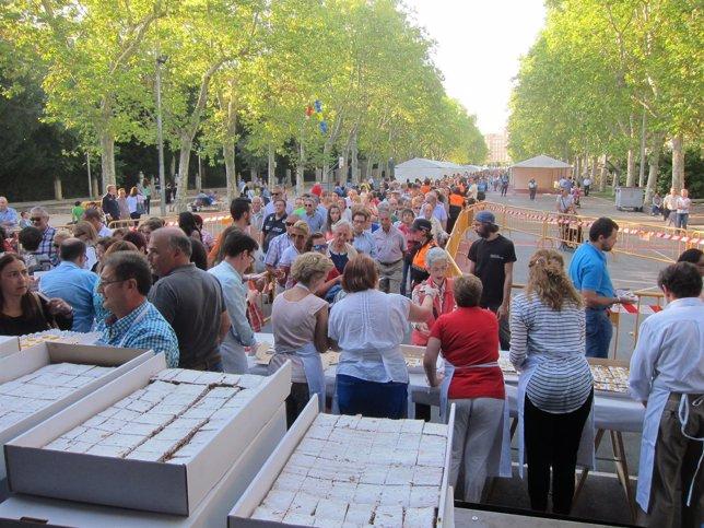 Miles de personas hacen cola para recoger el postre