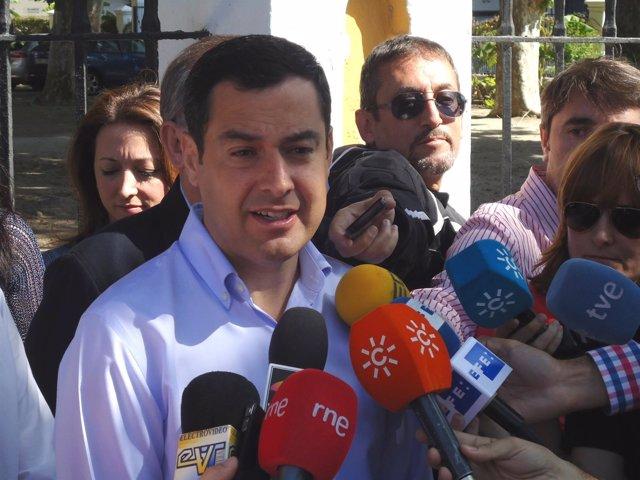 Juanma Moreno PP-A atiende a los medios