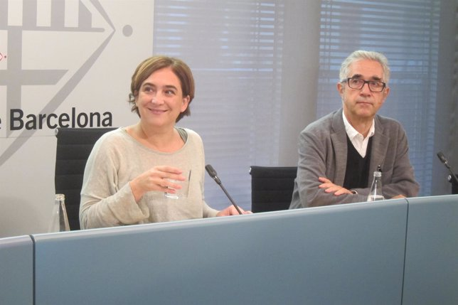 La alcaldesa, Ada Colau, y el concejal de Vivienda, Josep Maria Montaner