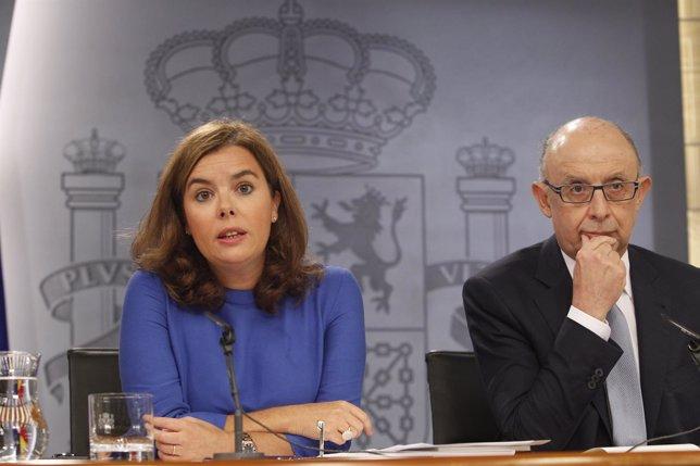 Soraya Santamaría y Cristóbal Montoro tras el Consejo de Ministros