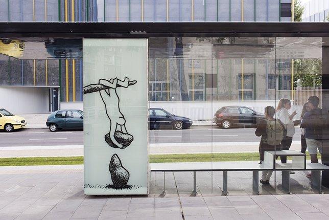 Intervención artística en una parada del tranvía