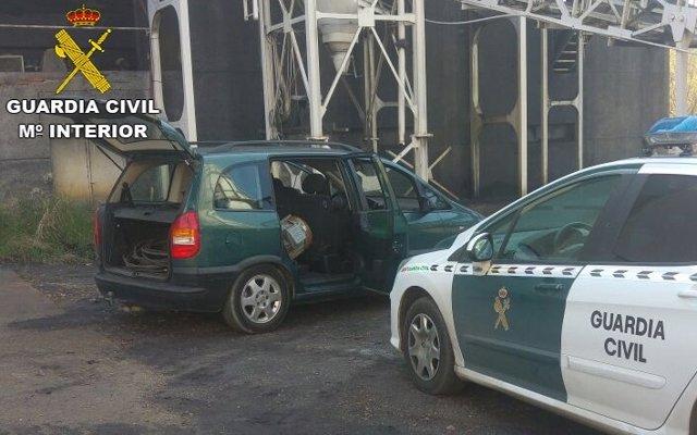 La Guardia Civil encuentra 31 metros de cable de cobre en el vehículo.