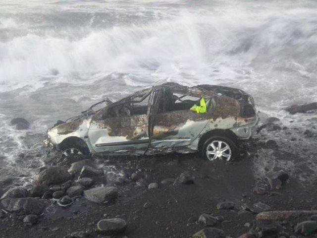 Uno de los vehículos devueltos por el mar