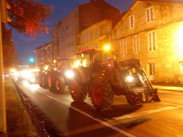 Tractores, anoche, de camino a la fábrica de Nestlé en Cesures