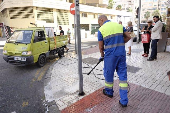 Un operario de Limasa limpia una señal de tráfico limpieza suciedad málaga