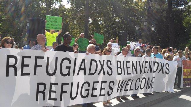 Cientos de personas concentradas en Puerta Jerez apoyan a los refugiados