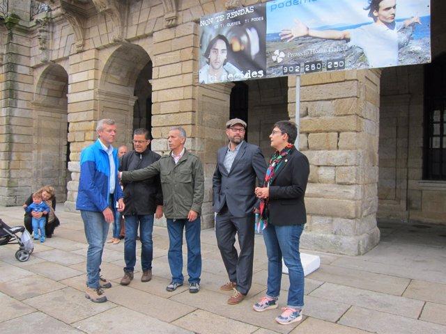 Alfonso Rueda y Martiño Noriega con el director de Proxecto Home en el Obradoiro