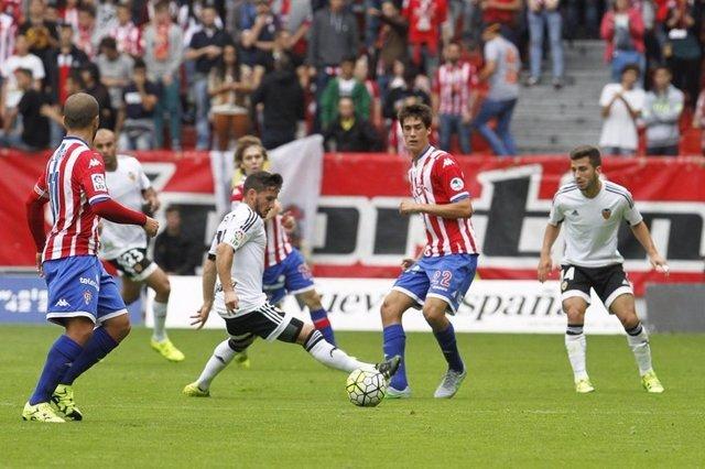 El Valencia rescata tres puntos de El Molinón
