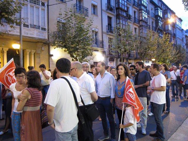 César Luena junto a Concha Andreu en un momento de la manifestación