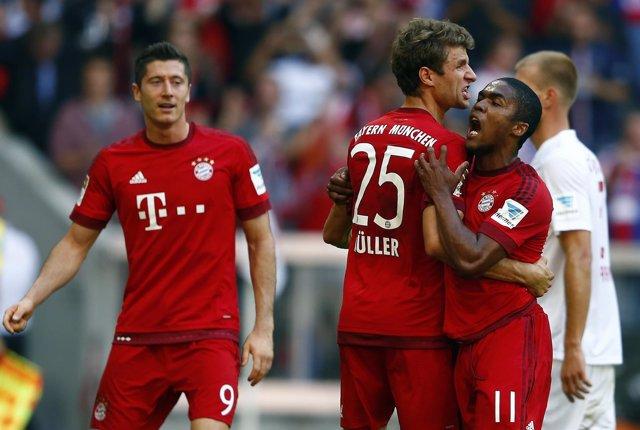 Muller y Lewandowski abrazan a Douglas Costa