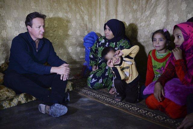 El primer ministro británico, David Cameron, con refugiados sirios en Líbano