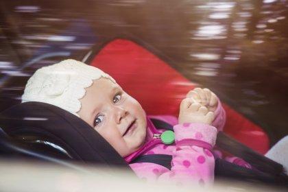 Colocar a los niños de espaldas en el coche les puede salvar la vida