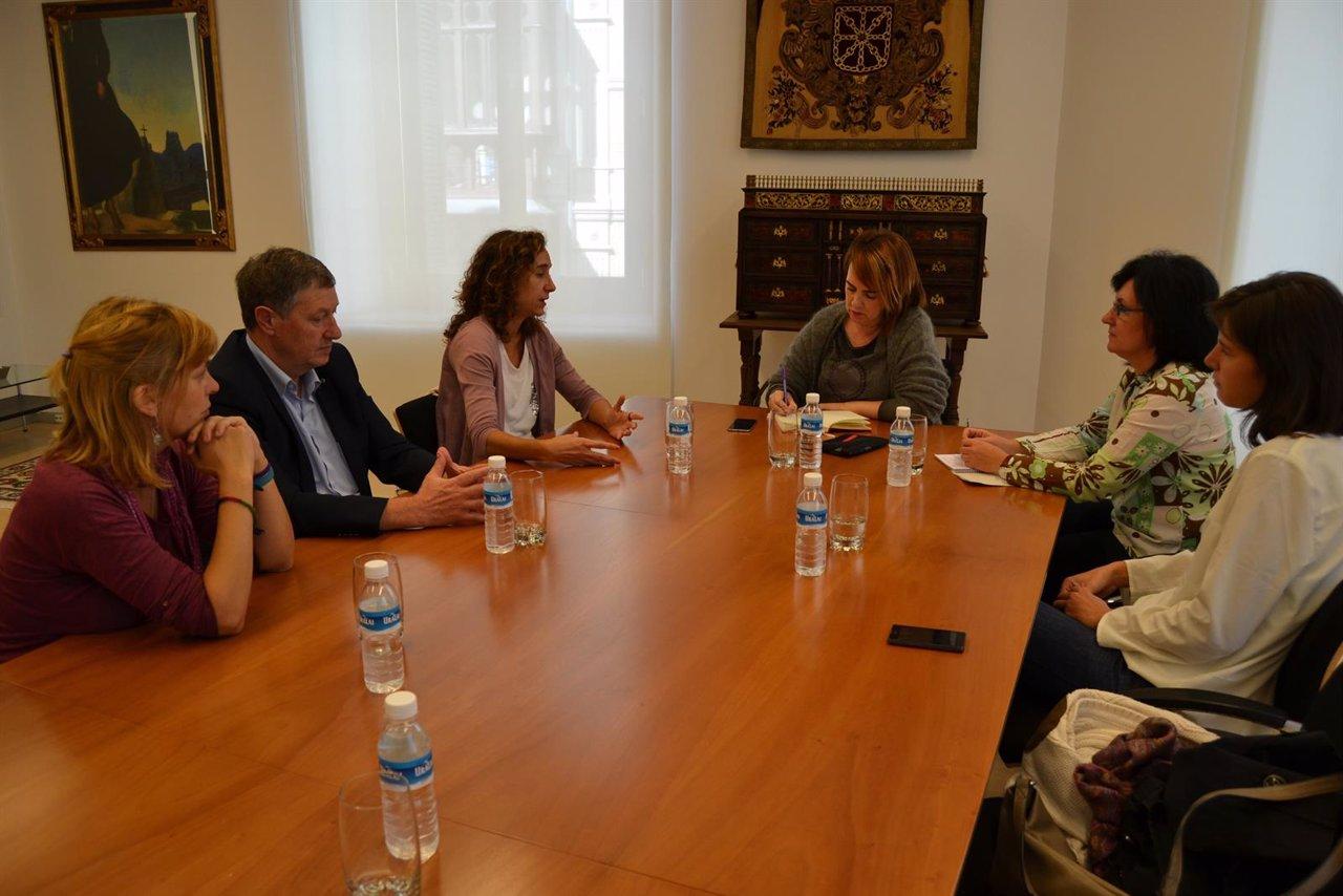 La presidenta del Parlamento con la Coordinadora de ONGD de Navarra.