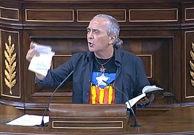 Sabino Cuadra, diputado de Amaiur, rompiendo la Constitución