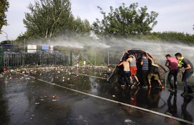 Choques entre refugiados y policías en la frontera entre Serbia y Hungría