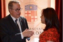 El rector de la UB, Dídac Ramírez, con una estudiante siria