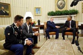 """Obama recibe a los héroes que evitaron una """"verdadera calamidad"""" en un tren de Francia"""