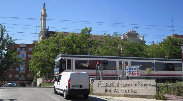 Un coche detenido ante el paso a nivel de Pilarica el pasado mes de mayo
