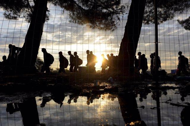 Refugiados sirios caminan en Grecia hacia la frontera con Macedonia