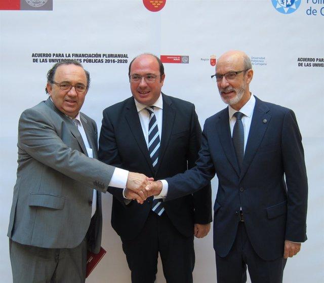 Orihuela, Sánchez y Franco se estrechan la mano tras el acuerdo