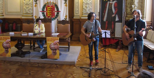 El grupo 'Happening' actúa en la presentación de la Semana Intercultural