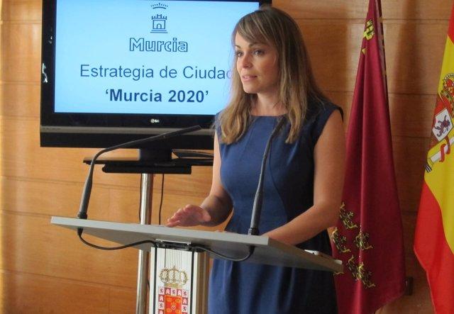 La portavoz de Gobierno, Rebeca Pérez, explicando 'Murcia 2020'
