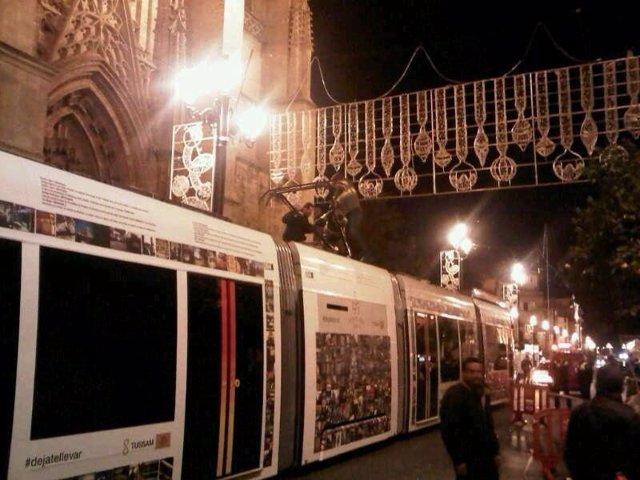 Un vagón de la línea del Metrocentro queda enganchando con las luces de Navidad