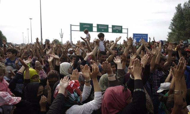 Refugiados agolpados en la frontera entre Serbia y Hungría