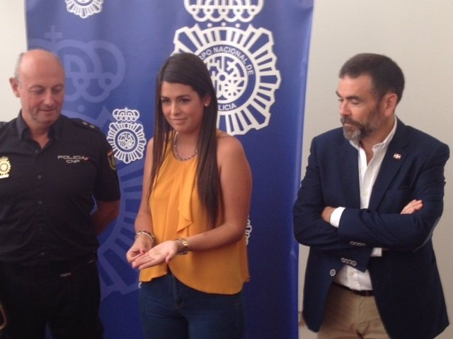 Choni López, hija del alcalde, muestra la pulsera recuperada