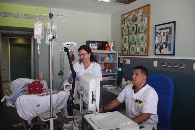El doctor Ángel Molina junto a la enfermera Carmen Jordán en una de las consulta