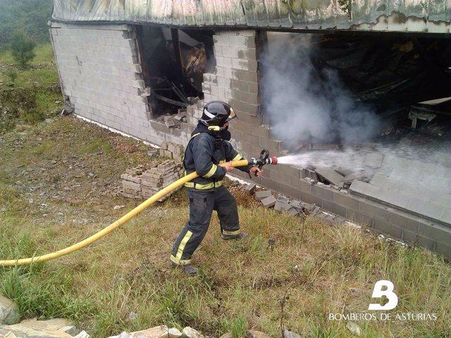 Incendio industrial en Santirso de Abres