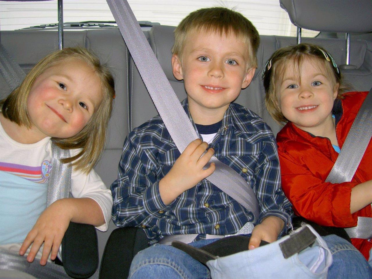 Niños con el cinturón de seguridad puesto