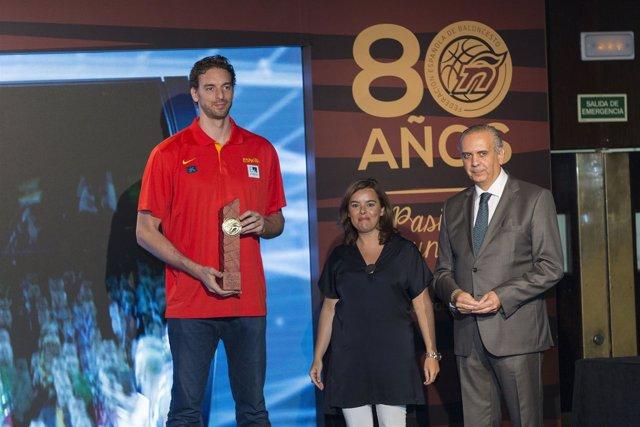 Pau Gasol, Soraya Sáenz de Santamaría y José Luis Sáez, presidente de la FEB