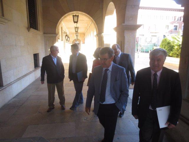 Guillén (en el centro) en su visita este viernes a Teruel