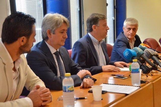 El director de Cepsa en Huelva, Ignacio Agüero, y el alcalde de Palos, Carmelo.