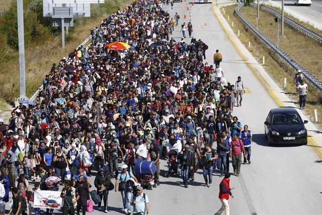 Refugiados caminan hacia Grecia desde Turquía