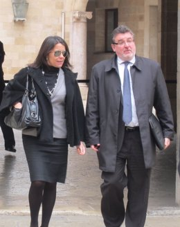María Umbert, junto al abogado Miquel Arbona