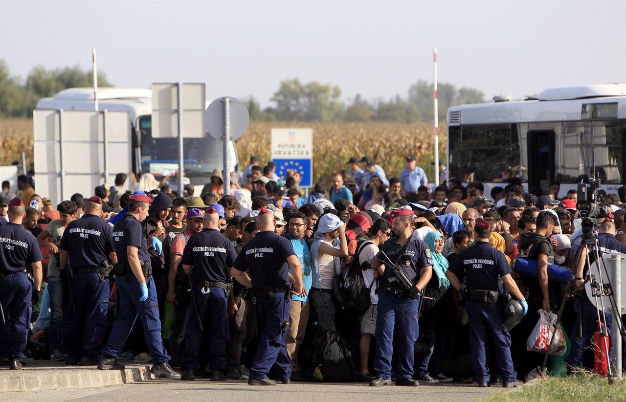 Cientos de refugiados esperan en la frontera entre Croacia y Hungría