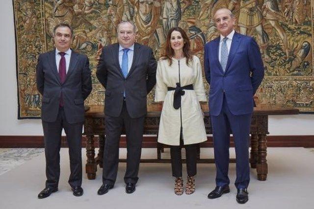 La presidenta del Parlamento vasco recibe a la nueva directiva de Confebask