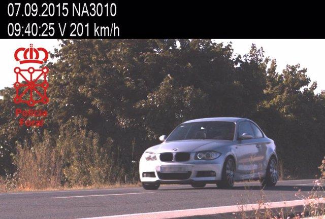 Imagen de un vehículo que circulaba a 201 km/h