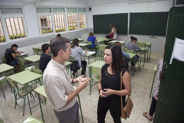 Visita de la concejal de Educación al Centro de Educación de Adultos de Camargo
