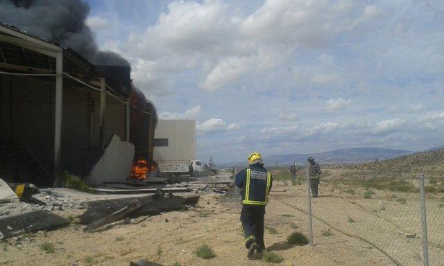Imagen del incendio declarado en la nave del polígono La Polvorista