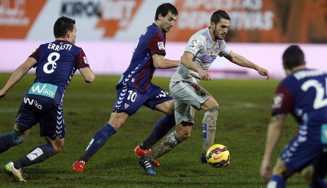 Koke conduce la pelota en el Eibar-Atleti de la pasada temporada