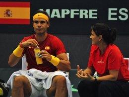 Rafael Nadal con Conchita Martínez en un partido de Davis