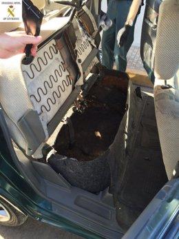 Doble fondo de un coche en el que viajaba un inmigrante