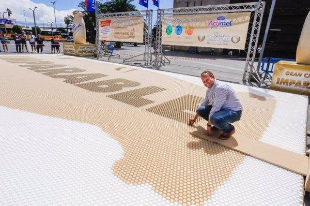 Récord Guinness al crear el mayor mosaico de botellas de plástico del mundo