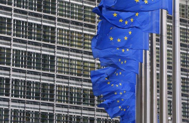Banderas de la Unión Europea junto a la sede de la Comisión Europea en Bruselas
