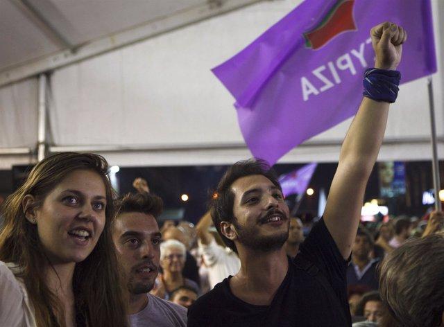 Simpatizantes de SYRIZA celebrando con una bandera la victoria elecotoral