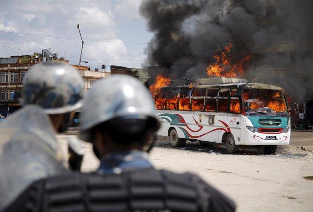 Policía durante los disturbios en Nepal