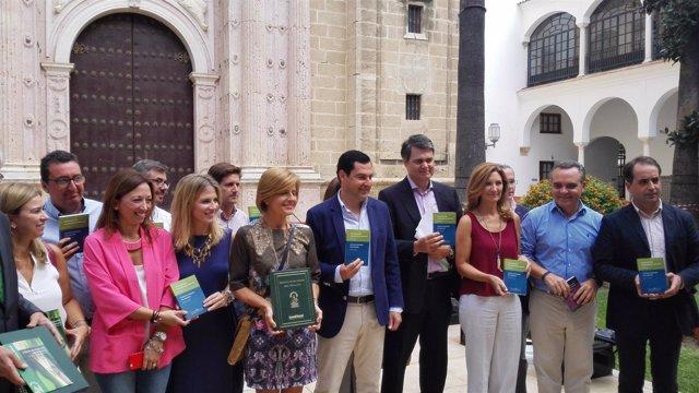 Juanma Moreno y diputados del PP-A en el Parlamento
